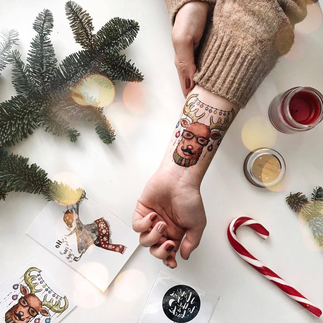 новогодний олень с игрушками на руке