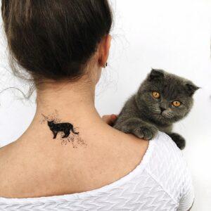 Переводное тату черная кошка на шее