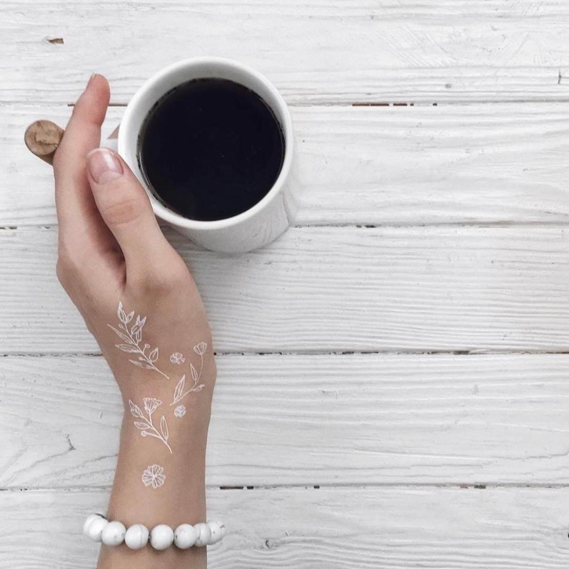 Временная тату набор белых цветов на руке