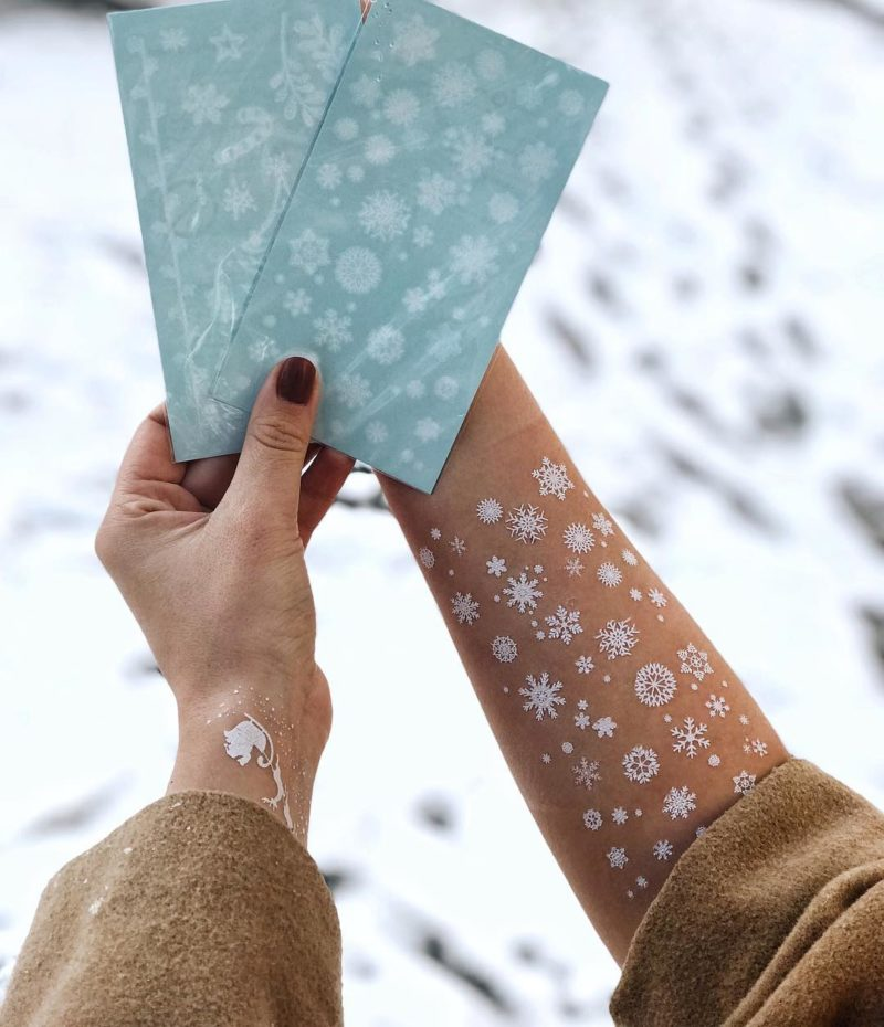снежинки на руке и листе