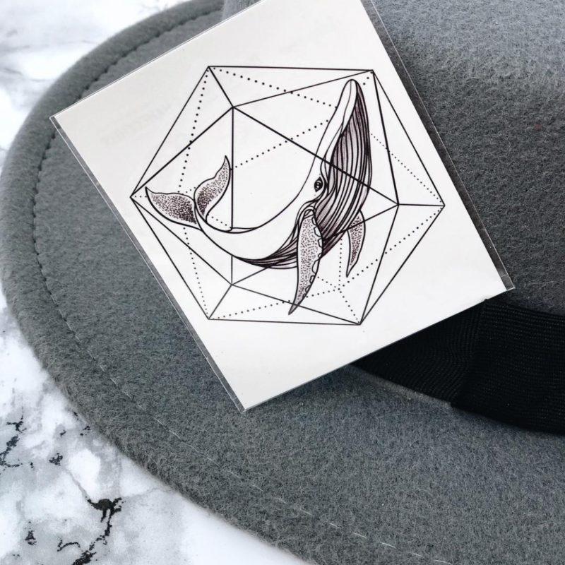 Тату наклейка кит в геометрии на шляпе