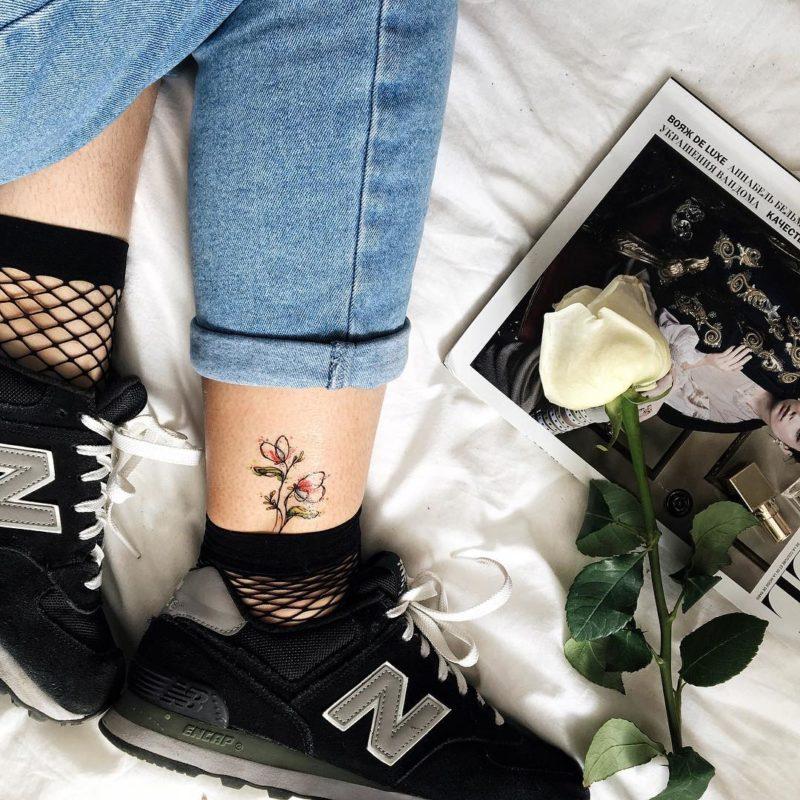 Переаводная тату тюльпанчики на ноге