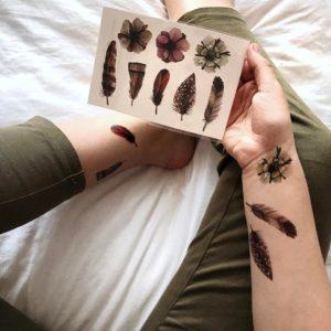 Временные тату из набора перья на руках