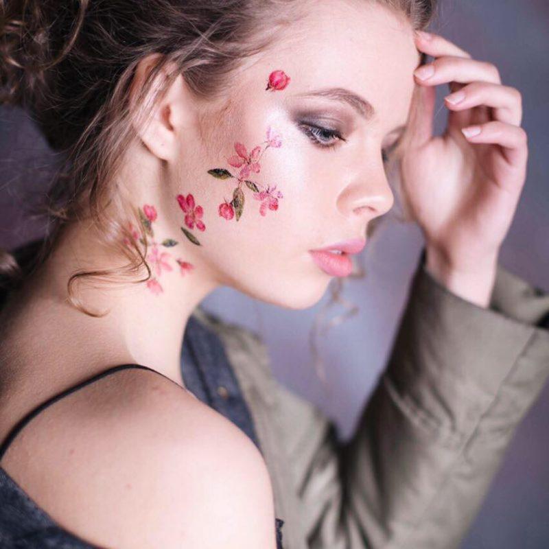 Временные тату розовые цветочки на лице
