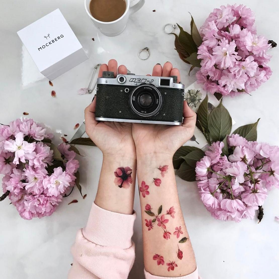 Переводная тату розовые цветочки на руках