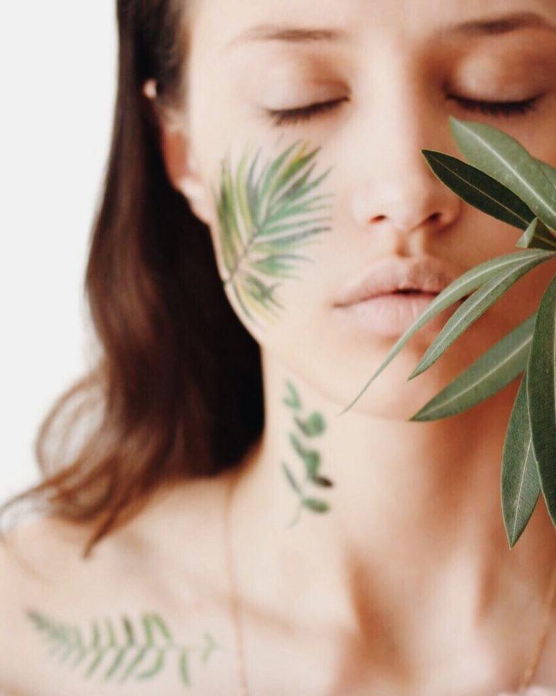 Временная тату зеленые листья на лице
