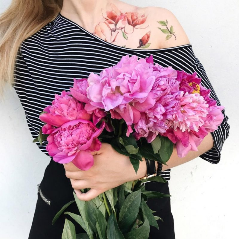 Временное тату магнолия на плече и цветы