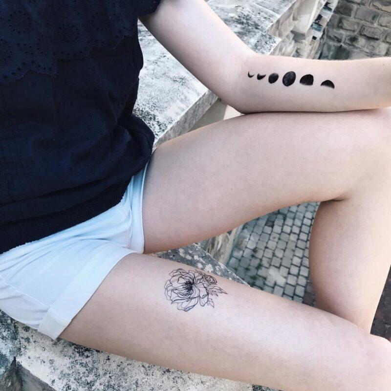 Переводная татуировка черный пион на ноге