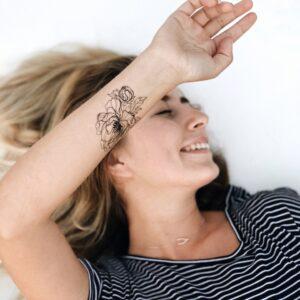 Переводная татуировка черный пион на руке