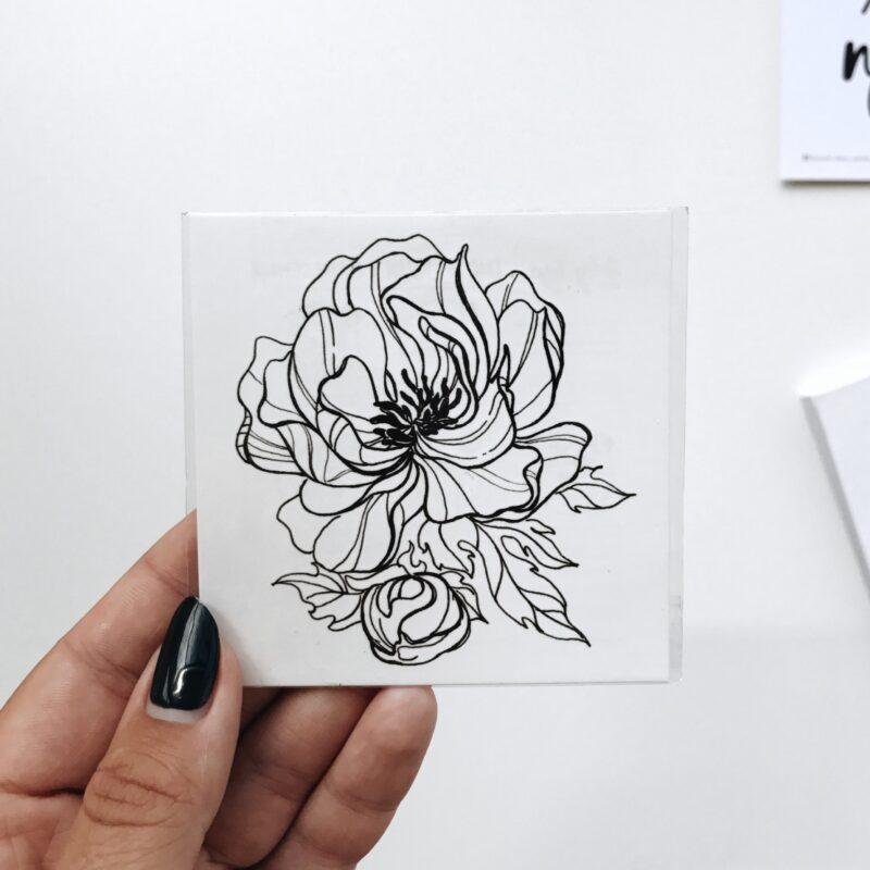 Переводная татуировка черный пион в руке