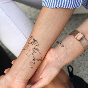 Переводная татуировка карта мира на руке
