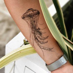 Переводная тату медуза на руке