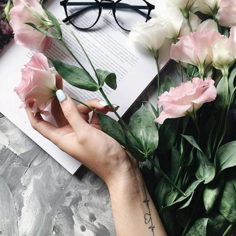 Тату наклейка пульс на руке и цветы
