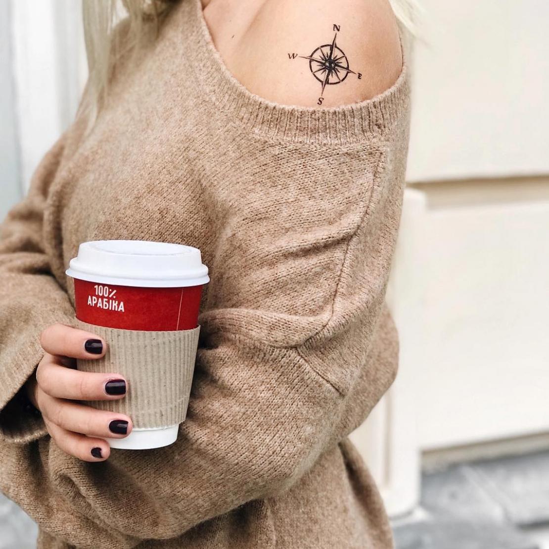 Временная татуировка компас на плече