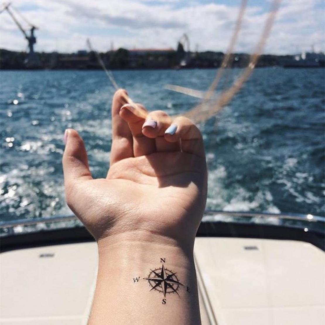 Временная татуировка компас на руке