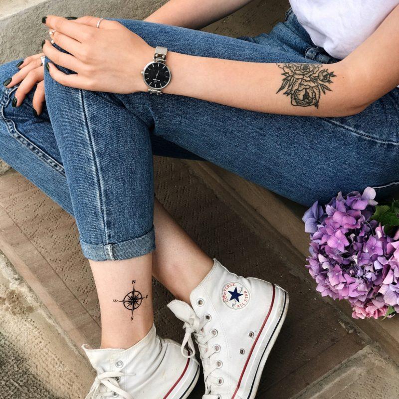 Временная татуировка компас на ноге