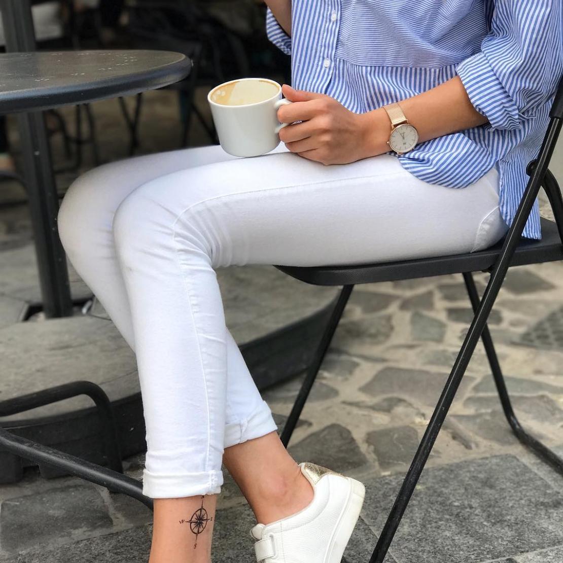 Временная татуировка компас на голени