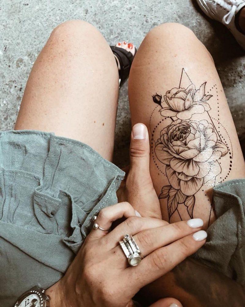 Временная тату роза в геометрии на правой ноге