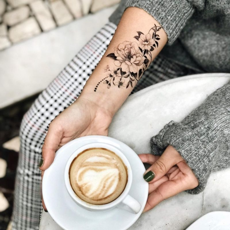 Временное тату Графические цветы на руке
