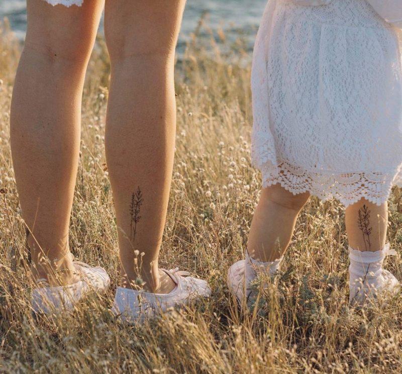 Тату нежные веточки на ногах