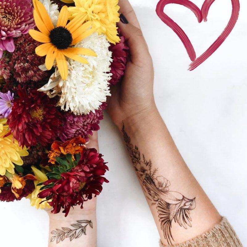 Переводная тату птички с цветами на руках