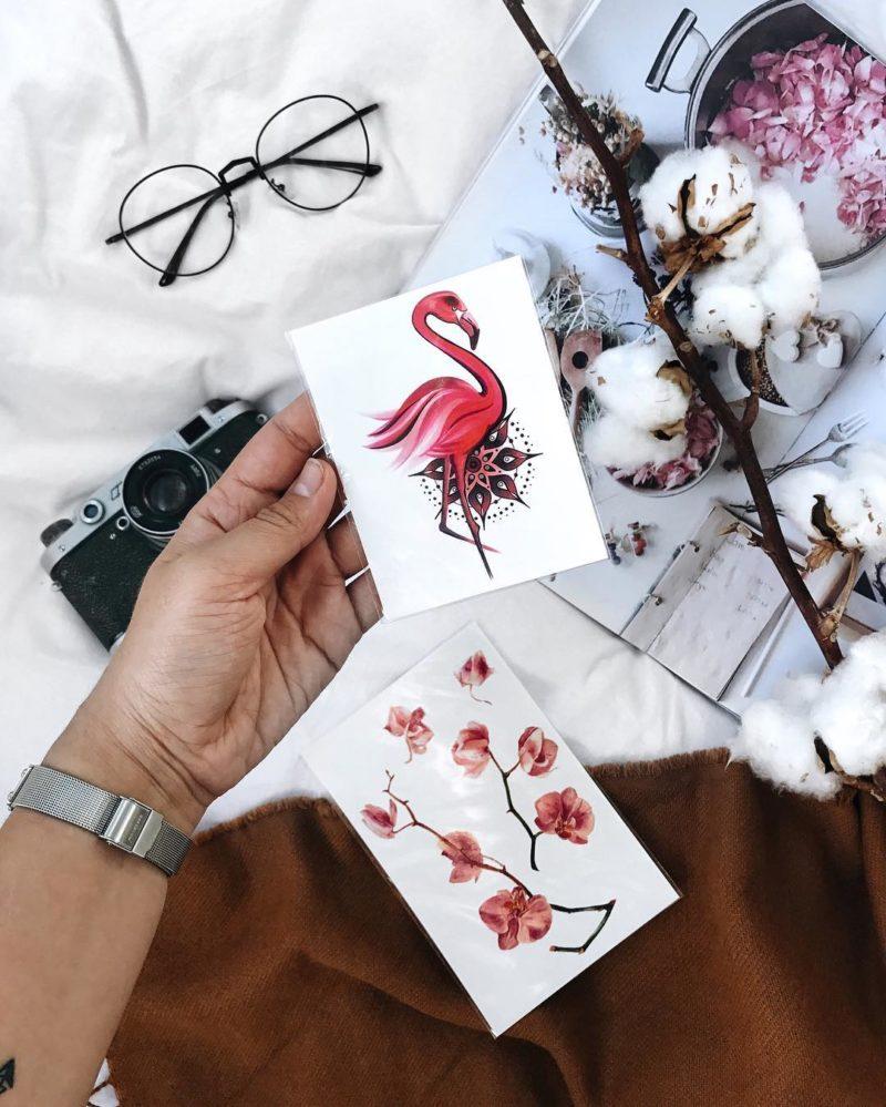 тату фламинго с мандалой в руке