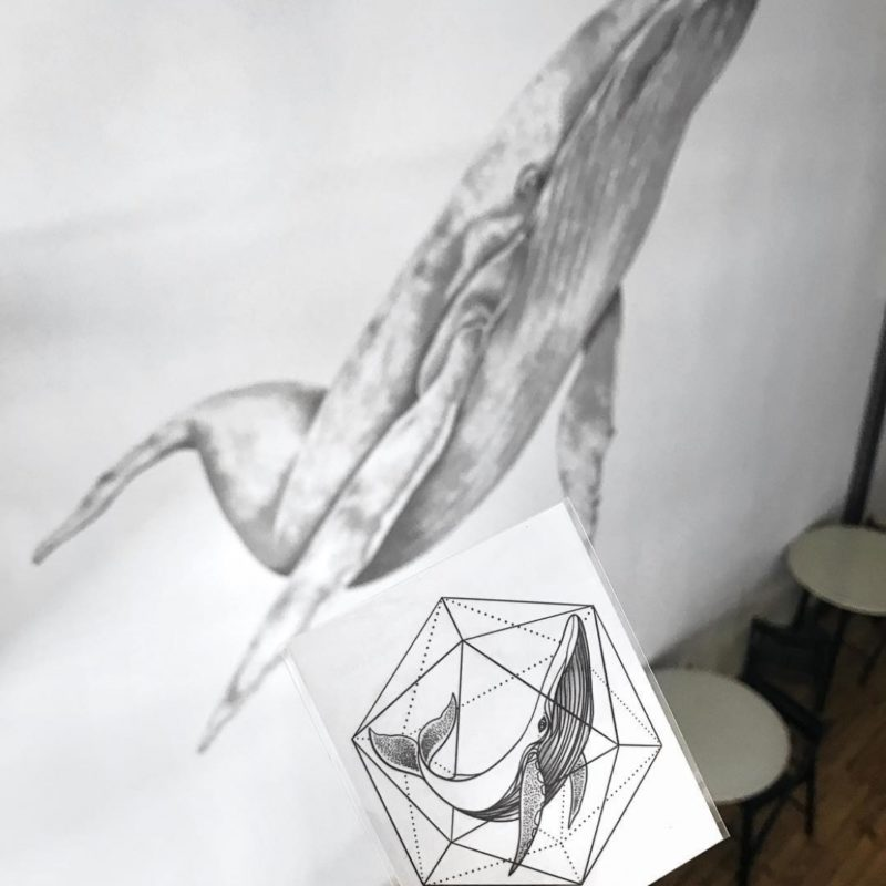 Тату наклейка кит в геометрии на фоне кита