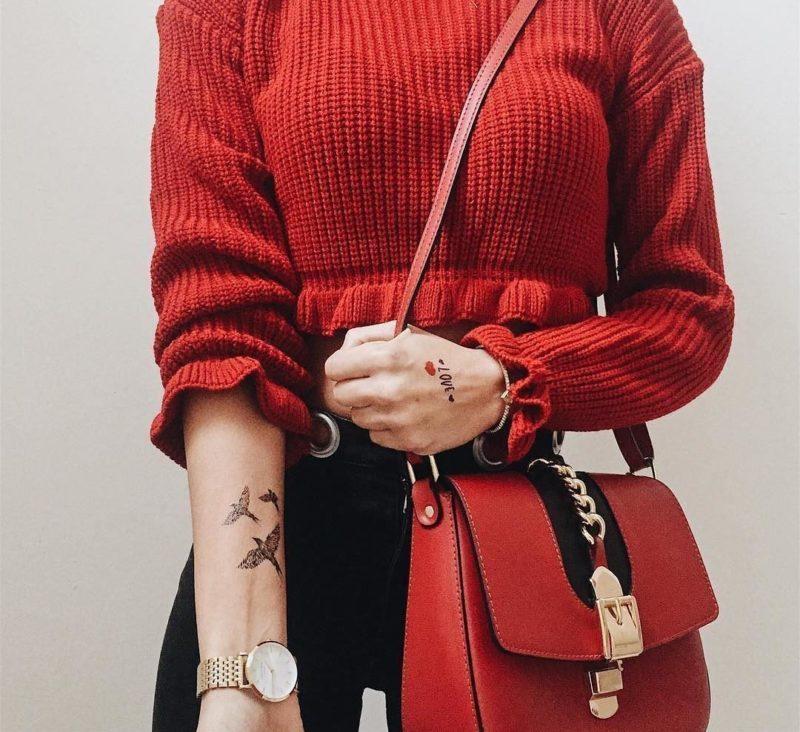 на фоне пляжаи красный свитер
