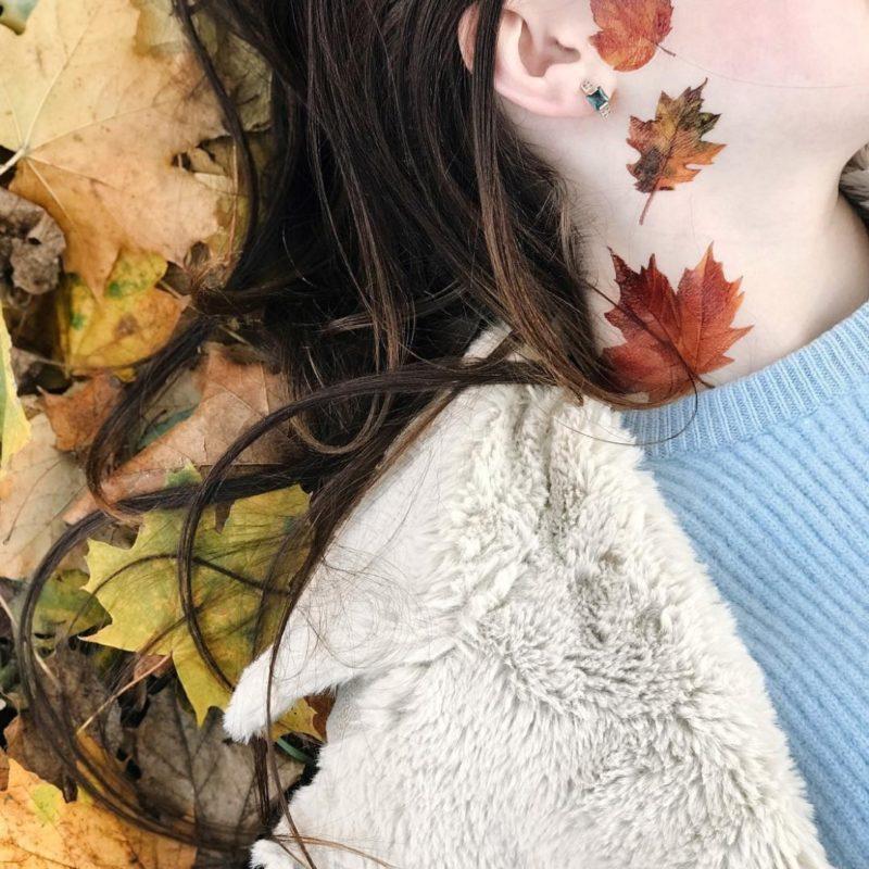 Переводная татуировка осенние листья на шее