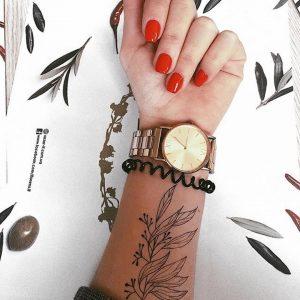 черная ветка из сэта на руке с часами