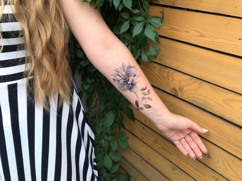 Тату наклейка летние цветы на руке