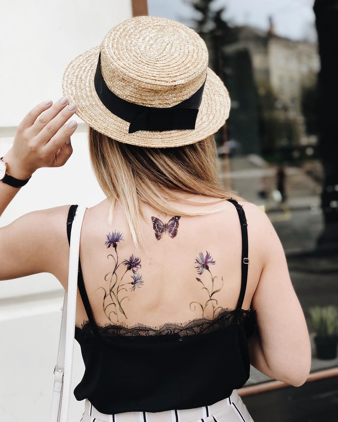 Временное тату нежные васильки на спине