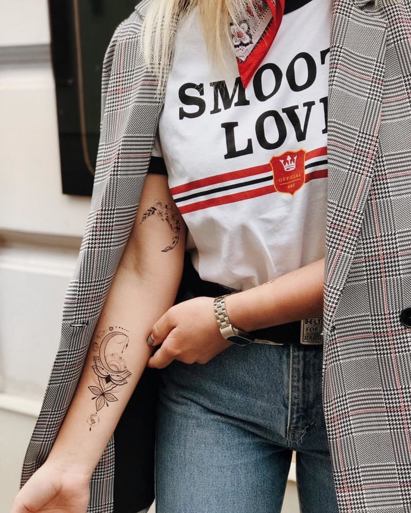 Временная тату цветы и космос на руке