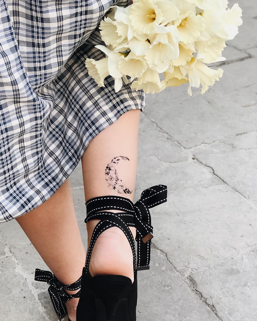 Временное тату цветы и космос на ноге