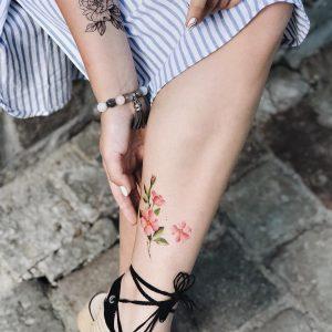 Временная тату летний цветок на ноге