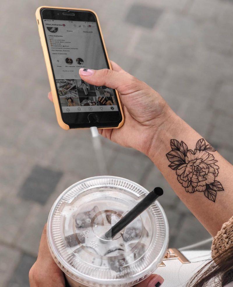 Временная тату монохромный цветок на руке