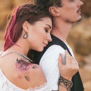 Временная тату фиолетовое настроение на девушке с парнем