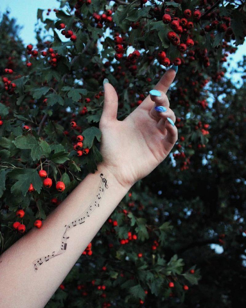 Временное тату музыкальный променад на руке