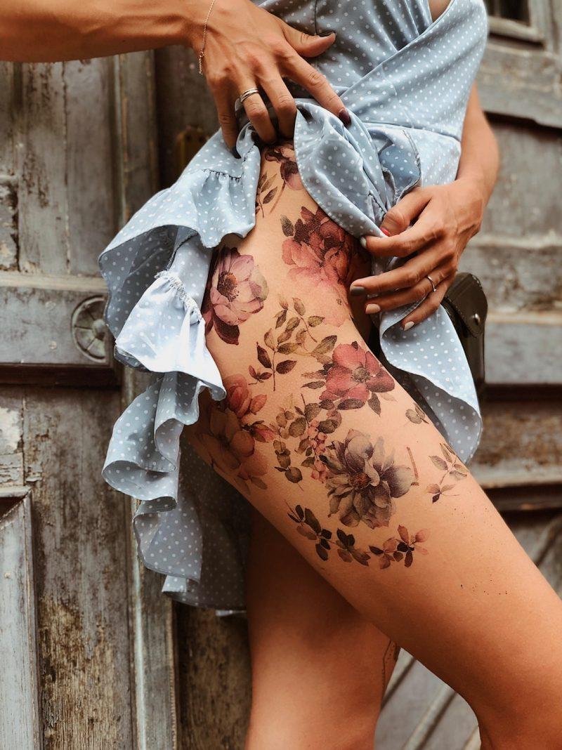 Временное тату с цветами на бедре