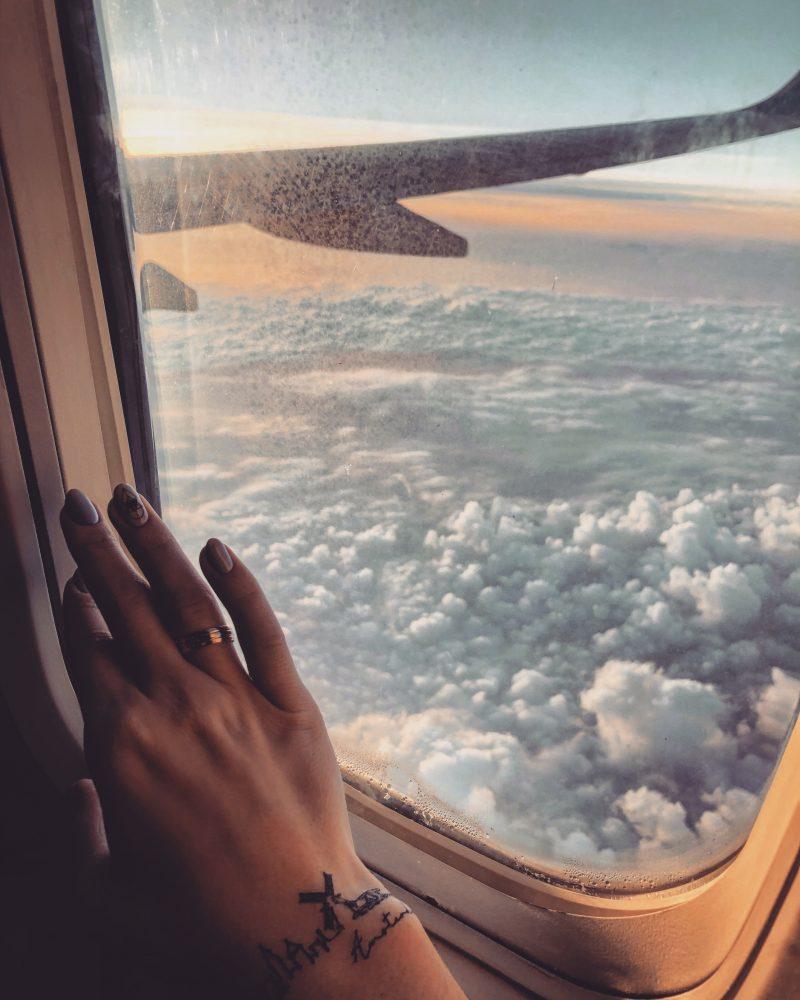 Временная тату Париж в самолете