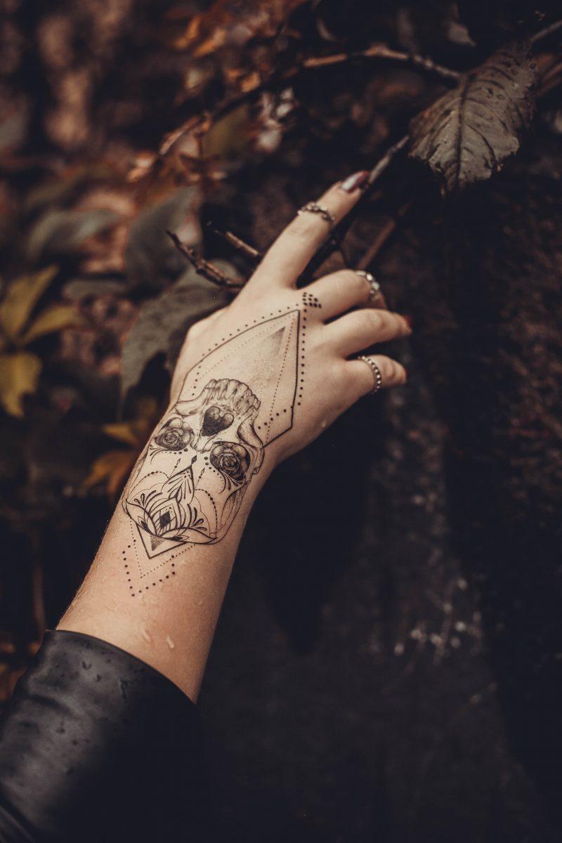 Временное тату череп в геометрии на руке