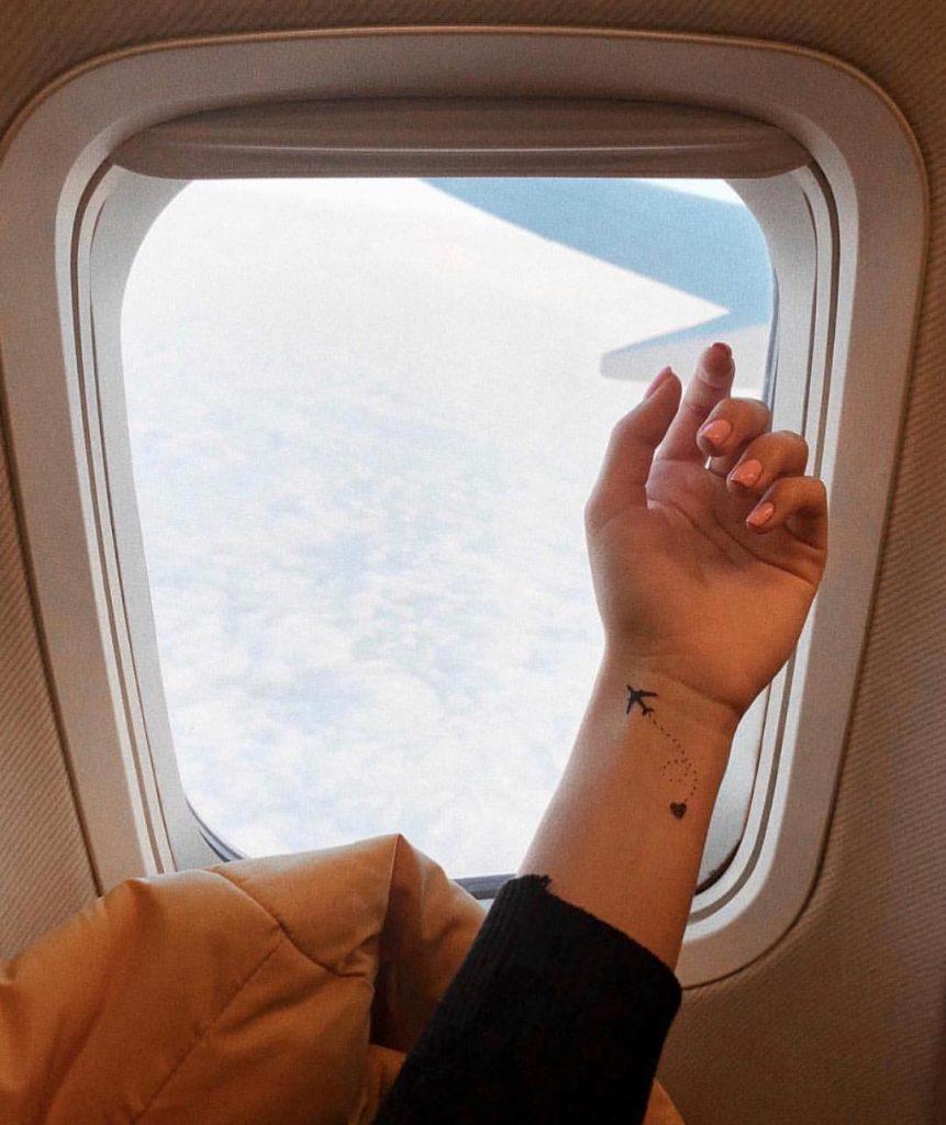 Временные тату с самолетиками на фоне илюминатора