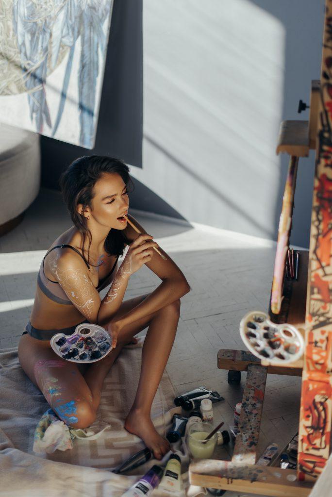 Временная тату на руке у девушки художницы