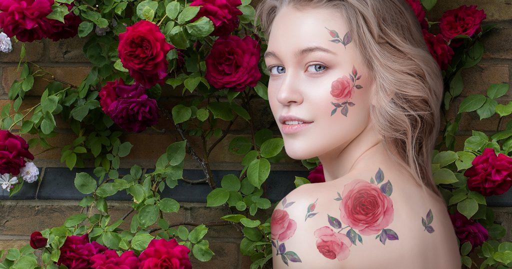 Временные тату с цветами на блондинке