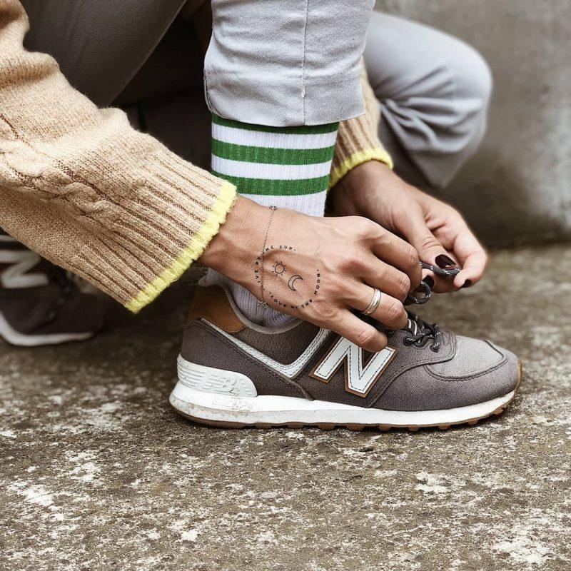 Временное тату на руке которая вяжет шнурки