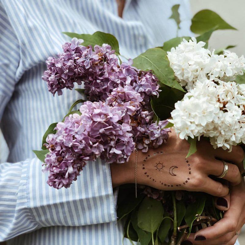 Временная тату на руке с цветами