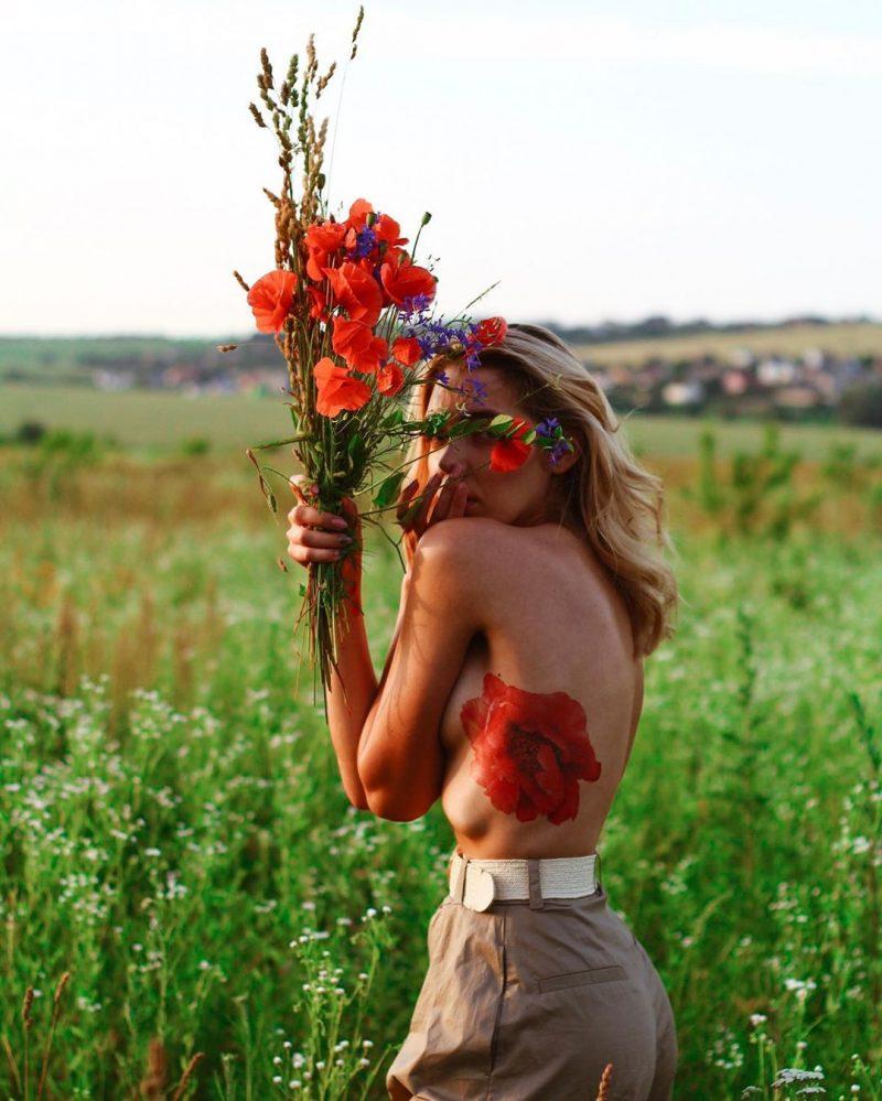 Временная тату красный обьемный пион на голой девушке