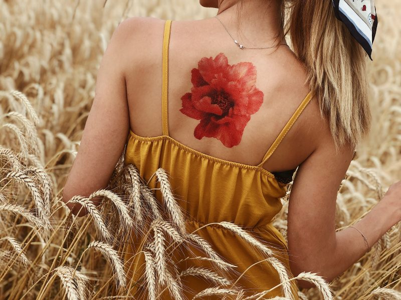 Временная тату красный обьемный пион на спине