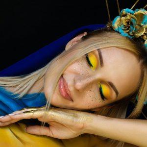 Временные тату веснушки на лице украинки